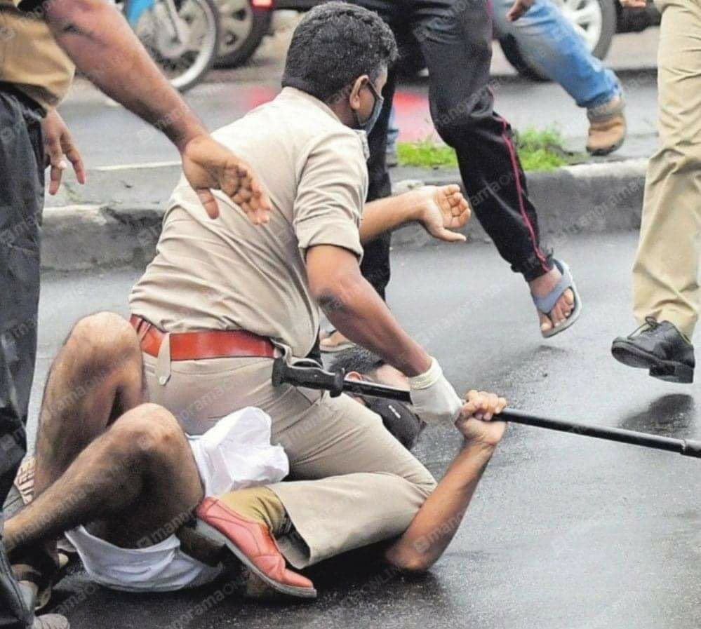A pic by Manorama photographer @josekuttyp shows how police tackled protesters in kerala roads #KTJaleel #ED #kerala https://t.co/lZZ5485pbd