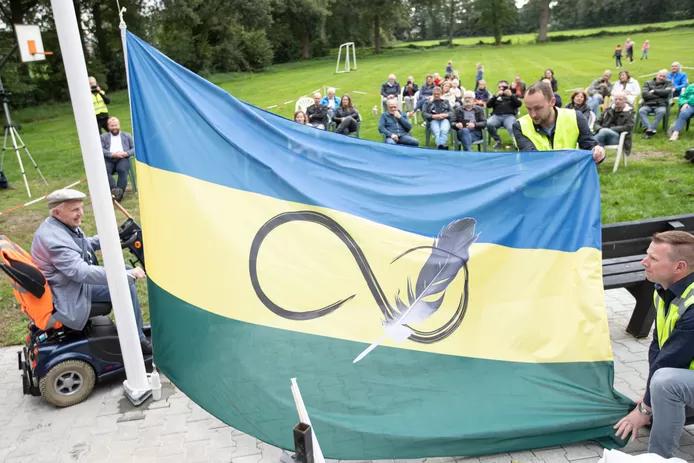 Trots op Radewijk! zaterdag werd het startsein voor de dorpsvisie gegeven. Voor en door 'Roke' gesteund door @gemhardenberg  en @ProvOverijssel. Daarbij hoort een mooie eigen vlag. De verbeelding van o.a grazige velden, vrijheid, verbinding en vooruitgang. https://t.co/8tbJSNpncy https://t.co/uo6b231tTo