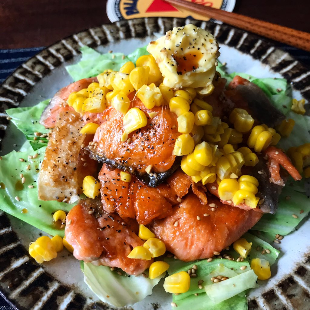 鮭がおいしい時期にオススメの、めっちゃ簡単で間違いなく美味しいレシピ生鮭に塩少々、片栗粉を薄くまぶし(骨は好みで抜いて)、フライパンで両面焼いてバターを乗せ、だししょうゆ、好みで黒胡椒をかけるだけ。先にキャベツを炒めて敷くとより美味!★塩鮭買わんように★コーンを足しても◎
