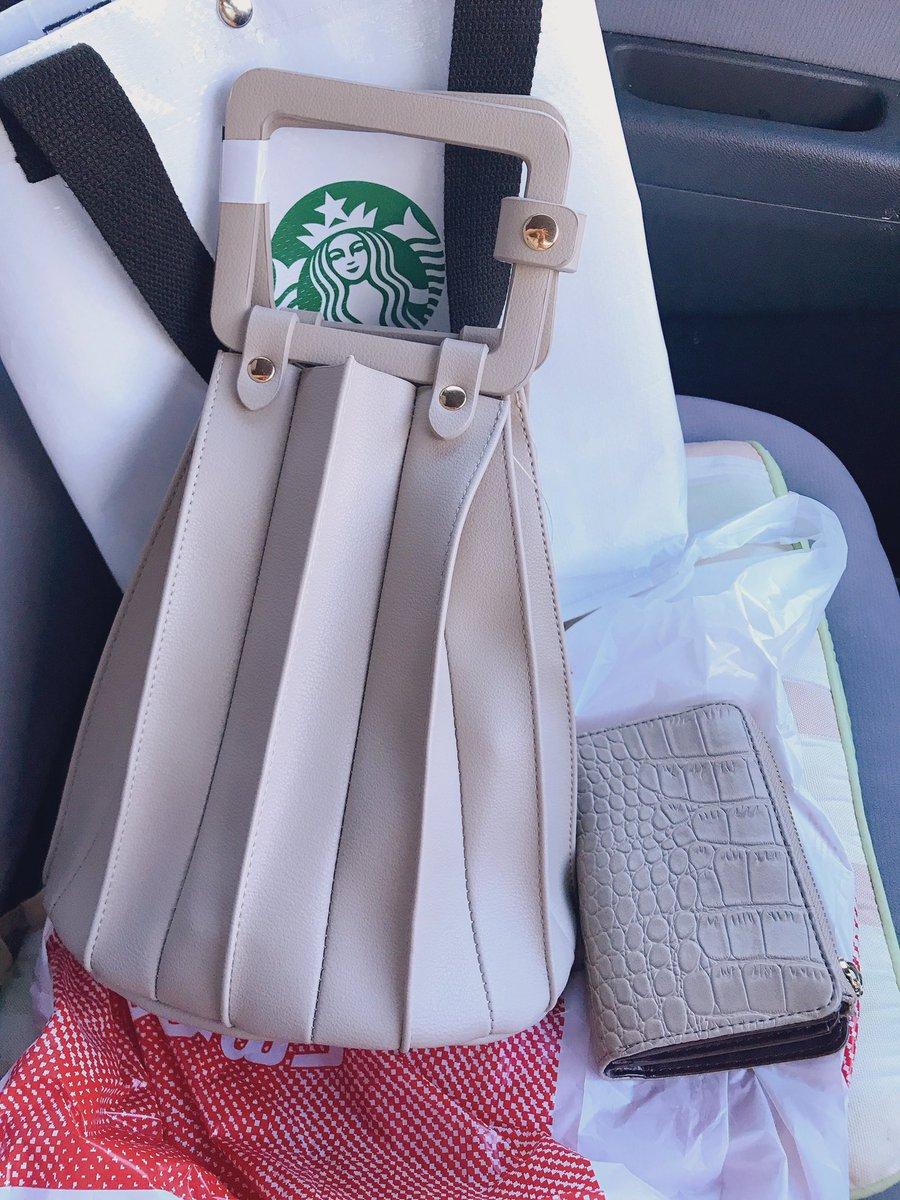 誕生日に届いたので受け取って来た👜やっぱり確かに大きめだけど可愛い❤️そして以前買ったの財布との相性もいい💕この色にしてよかったな〜😊#しまパト #プチプラのあや#プリーツバッグ