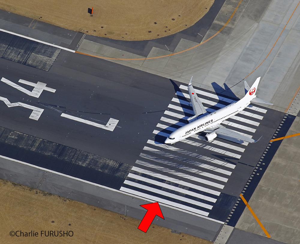 【#JAL豆知識】  💡「滑走路にある横断歩道のような線の本数」を知っていますか❓  滑走路進入端標識と言って、  幅45メートル👉12本 幅60メートル👉16本  など、実は滑走路の幅によって 異なるんです❗️  ちなみに国内では、 羽田空港など約3割の滑走路が 16本で記されていますo(`・ω´・+o) https://t.co/uHSAXvpkSE