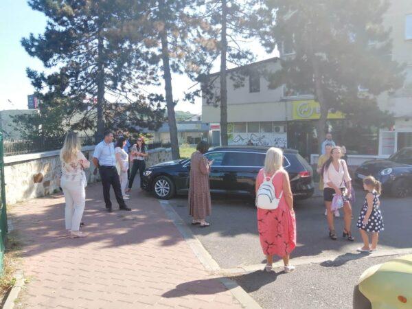 Cu masca pe față, la distanțare și cu emoții, așa și-au așteptat părinții, copii în prima zi de școală. Cu răbdare, mamele au așteptat cu nerăbdare fii sau fiicele dincolo de gard, nu în curtea Liceului de Artă ,,Ciprian Porumbescu,, din Suceava. https://t.co/c64Lw5AkK6 https://t.co/I9qmcsTVE1
