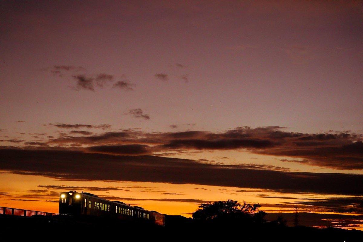 sunset train.  #sunset #trainphotography  #ファインダー越しの私の世界  #キリトリセカイ  #東京カメラ部 #SonyAlpha #α9 https://t.co/St2szy57H4