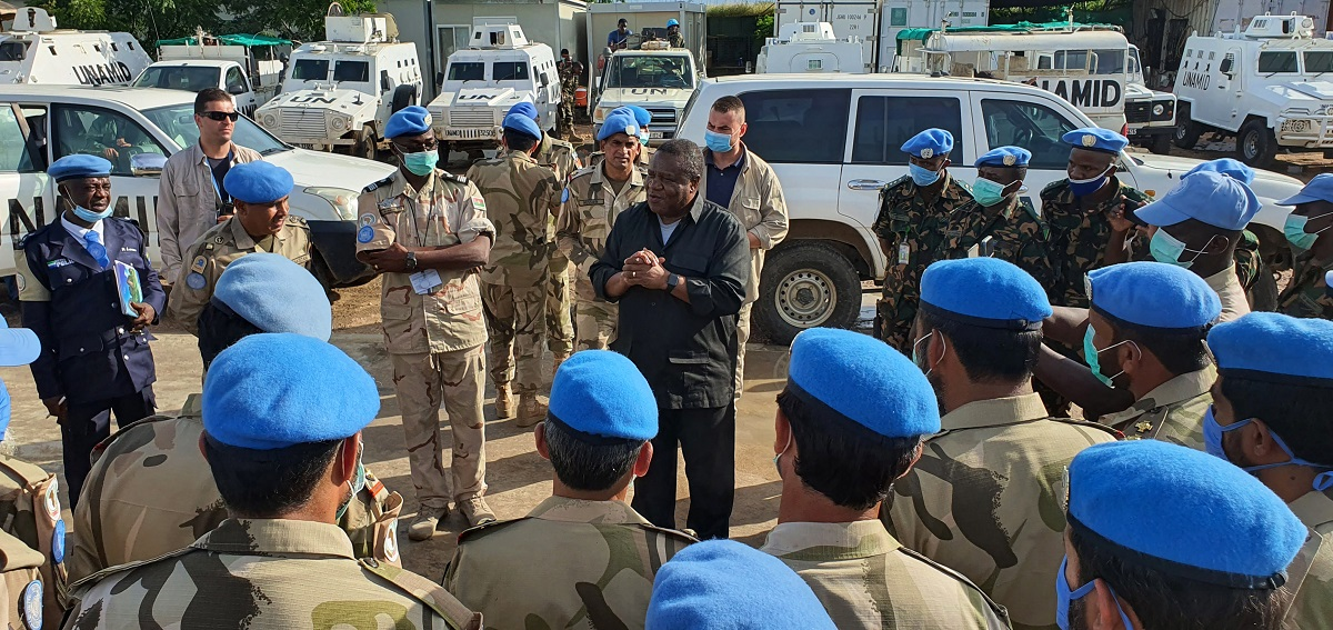 #UNAMID JSR, Jeremiah Mamabolo (center), interacts with UNAMID peacekeepers at the Mission's Team Site in Kalma, near Nyala. During his tour to South #Darfur, Mr. Mamabolo met with GoS officials, representatives of civil society, native administration and IDPs from Kalma Camp. https://t.co/QKuUEOnG3Y