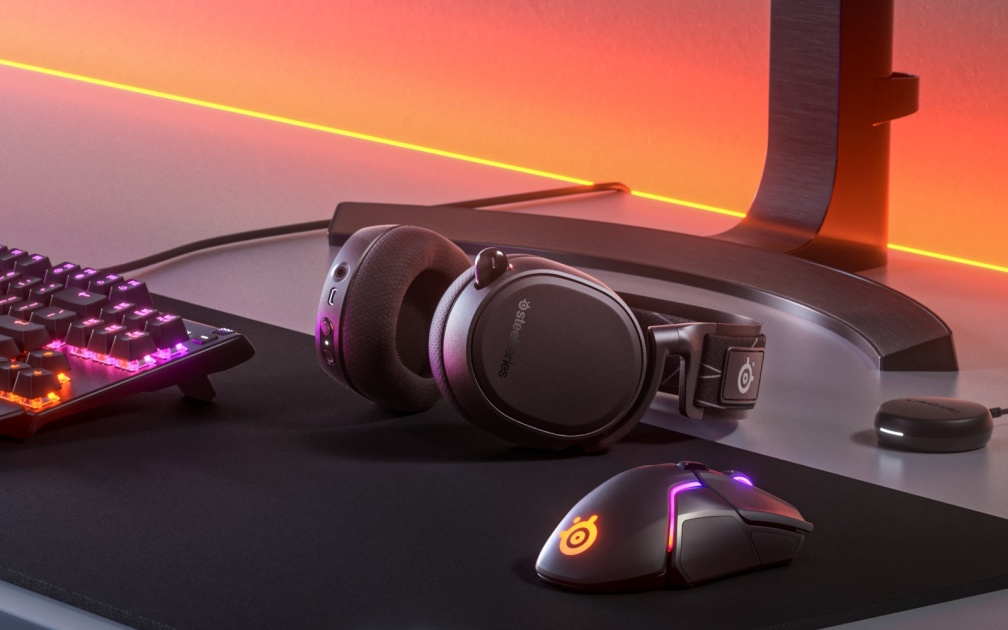 SteelSeries' $200 Arctis 9 headset can mix PS4 and phone audio together
