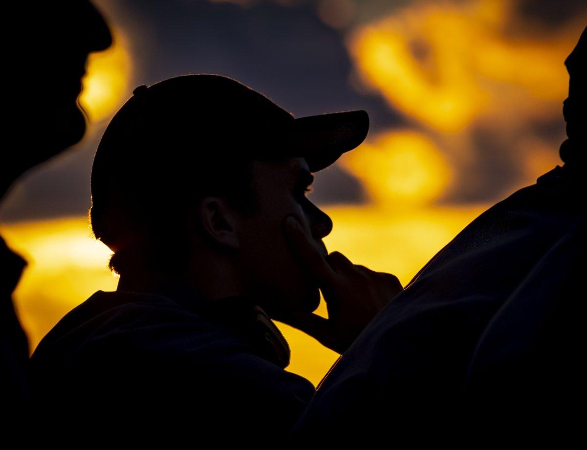Le lieutenant de vaisseau Adrian Thow, officier de navigation, se trouve sur l'aileron de passerelle tribord du #NCSMRegina lors d'un ravitaillement en mer avec l'USNS Henry J. Kaiser avant l'exercice #RIMPAC 2020, le 16 août 2020.  Photo : Matc Dan Bard, #ComCamCanada https://t.co/h6Qfy0Yd11