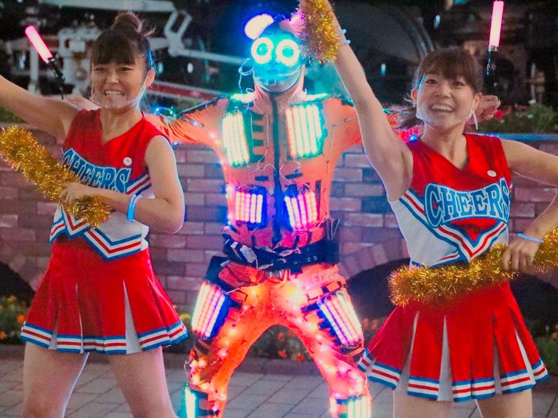 #全日本女子チア部 史上初の #夜チア やっちゃいました🌙  #LEDパレード さんと共に お疲れ様を応援🤩🙌 #朝チア とは違い、たくさんの方が足を止めて、中には一緒に体を動かしノリノリな方も♪  #映り込み系YouTuber  #ゆうかん ちゃんとの出会いも! おもろかったなー😁😁 https://t.co/zk3IQuoSwJ