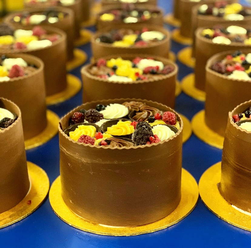 Anyone fancy a slice? Here's a bunch of our NEW Habana Gateau all handmade and ready to be sent to our lovely customers! 😊    Chocolate sponge with fresh cream & sabayon cream. Hand decorated with a dark chocolate collar, chocolate cups and berries.  🍰   Order yours today! https://t.co/uKNwwxEkbU