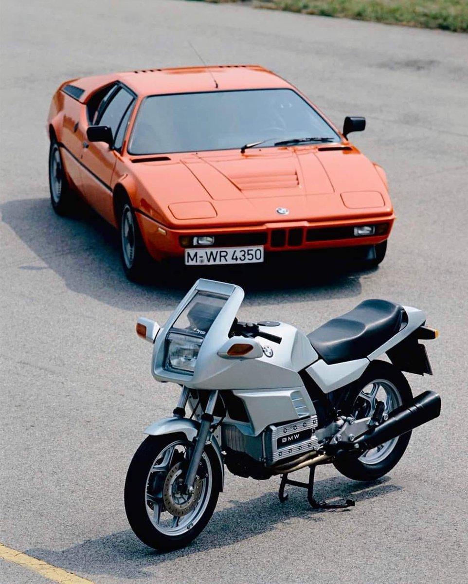 Cesur çizgiler ve belirgin hatlar... 80'ler stiliyle gerçek bir dönüm noktasıydı. 1983-1989 yılları arası üretilmiş #K100RS,  #BMW #M1 önünde poz veriyor. #TBT #MakeLifeARide #BMWMotorrad #BMWMotorradTürkiye https://t.co/AU7SMVW4vL
