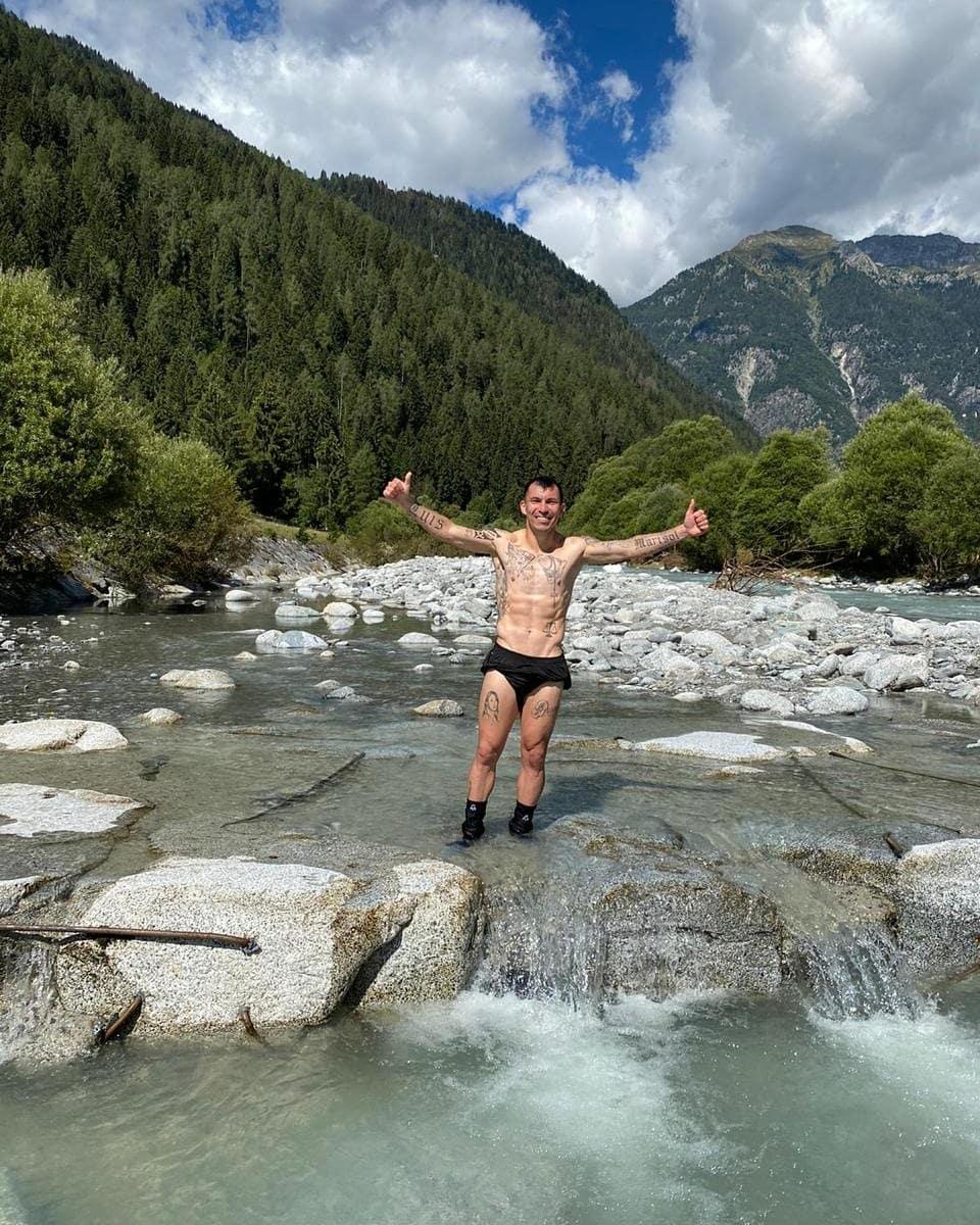 Pretemporada en aguas heladas !!!! #PorEsoLosCalcetines #ImponiendoModas 😂😂😂  #Montaña #pinzolo https://t.co/LYtkKOPX3g