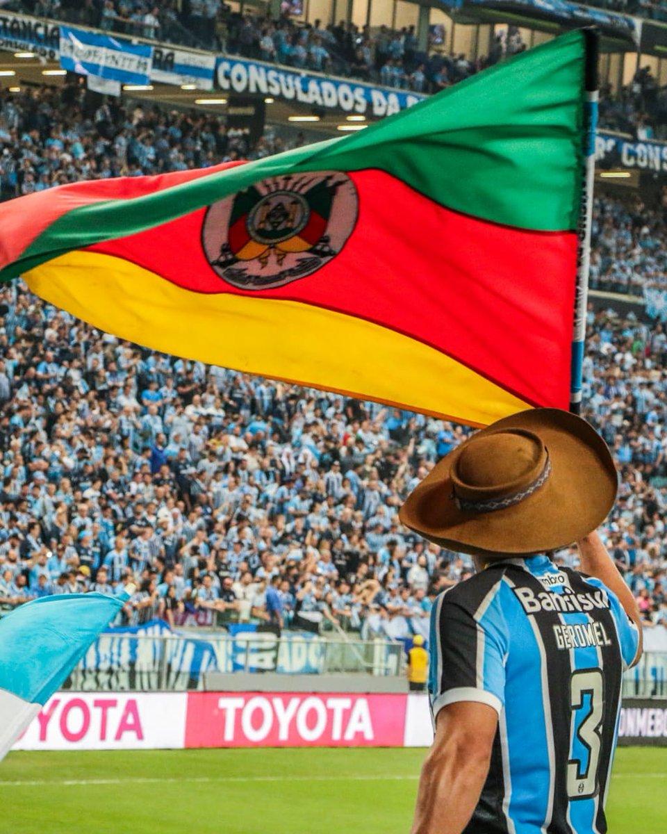 #tbt Como nós queríamos estar hoje. Dia de Grêmio! Noite de Brasileirão!  #gauchodageral #gauchodogremio  #gremio #arenadogremio https://t.co/5ooEiUUlVq