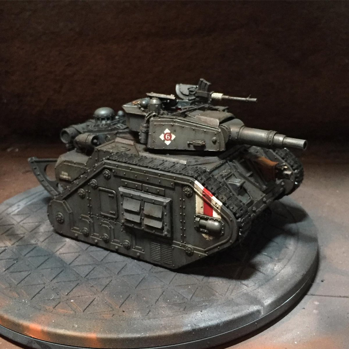 Here's another variant of the tank. Featuring my custom Tyrant Cannon and Armoured Vent Sponson Cover. Check out my store if you'd like to get those. . . #wh40k #warhammer40k #warhammer #warhammer40000 #astramilitarum #imperialguard #deathkorpsofkrieg #forgeworld #warhammerco https://t.co/gNzhpkZaWK