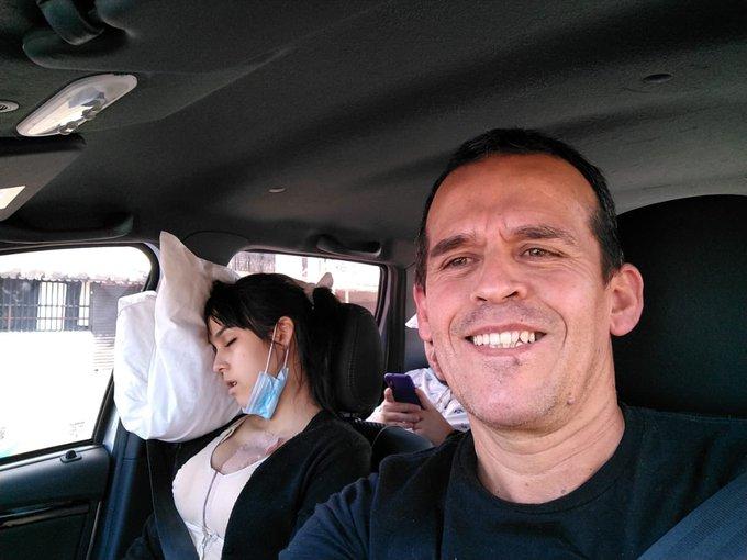 Mi papá les manda a decir que estoy bien 😊 Jajajaja Pinche, se toma una selfie y yo toda dormidota xD