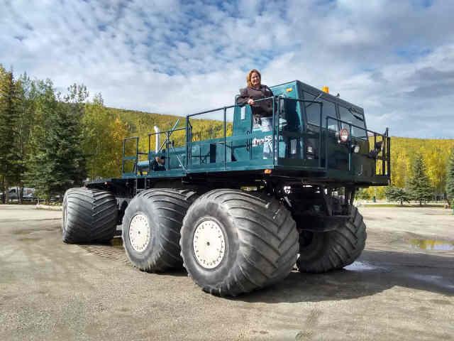 いつも沢山のアイディア湧出るチナ温泉のオーナー(写真にはいません)。今日はリゾートに突然巨大なトラック登場。ツンドラを走っていたもののようですが、リゾートではどんな活躍が期待されているのでしょう!黄葉が進んでもうすっかり秋。#アラスカ #チナ温泉リゾート #巨大トラック #黄葉 #Alaska https://t.co/lMSq3z9Ssl