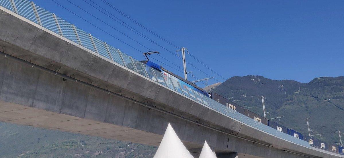 Ein Güterzug kommt! Er symbolisiert, dass die Verlagerungspolitik der Schweiz dank dem Ceneri-Basistunnel weiter gestärkt wird. #Ceneri2020 https://t.co/FNOkZSCAn7