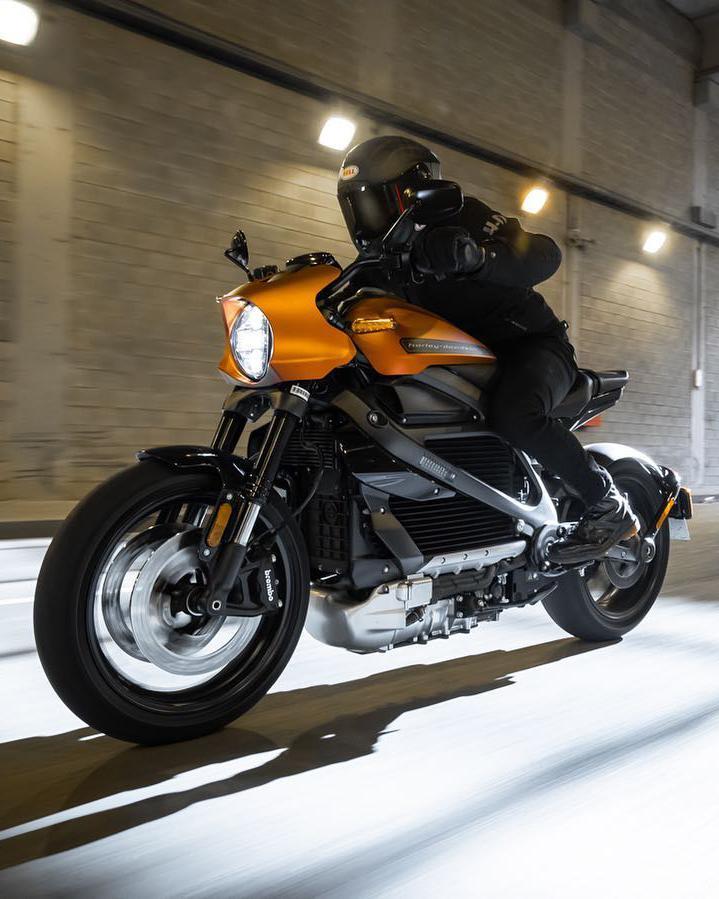 Cuando giras el puño derecho de la nueva Harley-Davidson LiveWire la aceleración y las emociones son instantáneas. Ventajas del motor eléctrico.  📸 Alessio Barbanti  #FindYourFreedom  #LiveYourLegend  #FreedomMachine #HarleyDavidson  #HarleyLiveWire https://t.co/1M5HcqnvfR