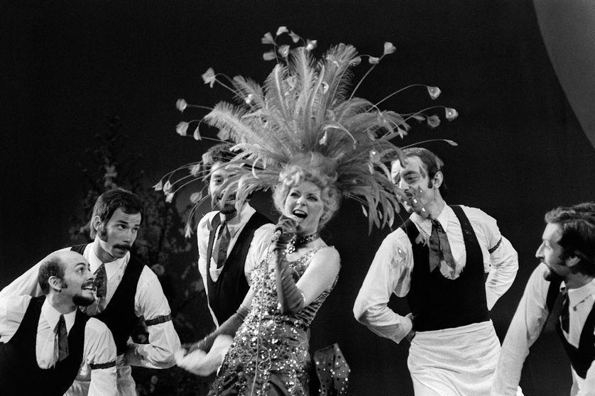 """La chanteuse et comédienne Annie Cordy est morte à l'âge de 92 ans. En 1998 elle fêtait ses 50ans de carrière.""""Mon enfant chéri c'est d'abord le music-hall, ce que je préfère c'est être sur la scène, ça me comble de joie"""" expliquait cette artiste populaire https://t.co/QxGgxCMwkj https://t.co/lVL5UEGrYn"""