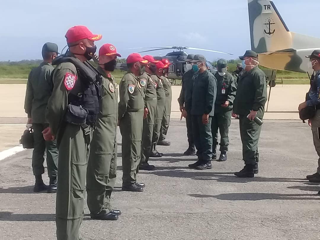 #HOY El 1er Timonel de la @ArmadaFANB Alm @WMSP_2020 visitó e Inspecciono las Instalaciones y Unidades Aéreas del @ARB_CANB verificando operatividad y Nivel de Apresto Operacional #LealesSiempreTraidoresNunca @NicolasMaduro @vladimirpadrino @CeballosIchaso @Libertad020 @AB_DINALO https://t.co/KZ2nDgpuSk