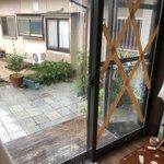 台風対策の参考に!サランラップを窓に貼ってガムテープで補強することをお勧めします!