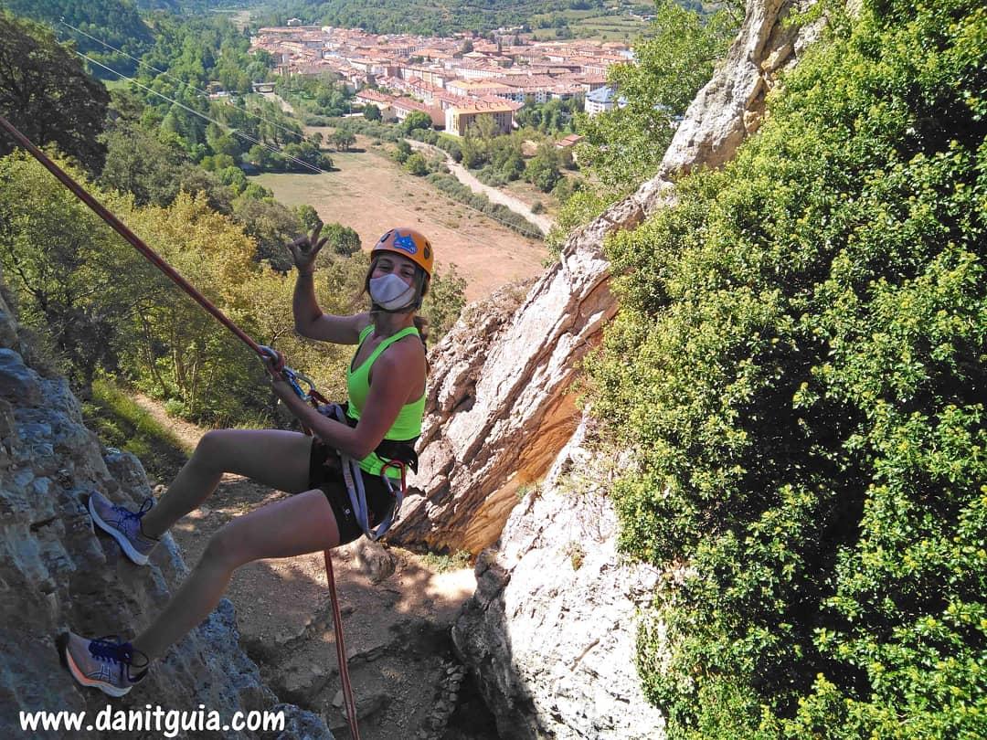 Una mañana divertida enseñando a rapelar a esta pareja.  https://t.co/HvxRs7Lvr8  La Rioja Turismo #valledeloja #Ezcaray @info_ezcaray #trekking #rapel #bike #montaña #ebikes #guide #guiasdemontaña #bicicletas #mtb #escalada #senderismo #btt  #specialized  #alquilerdebicicletas https://t.co/cX5zubDYuk