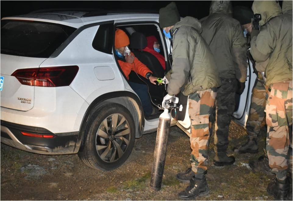 Our Army steals HEARTS, not LAND! #IndianArmy rescued 3 #Chinese nationals who lost their way in North Sikkim's plateau area at 17,500 ft, provided medical assistance including oxygen, food & warm clothes. Army also provided guidance to them for a safe return to their destination https://t.co/20CSZg7QXO