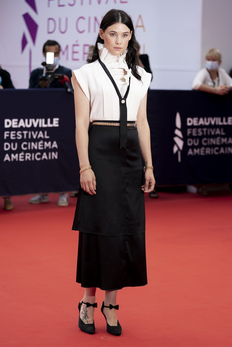 Actress Àstrid Bergès-Frisbey walked the red carpet at the Deauville American Film Festival in a white blouse and black skirt from the CHANEL Fall-Winter 2020/21 Ready-to-Wear collection. #CHANELinCinema #CHANELFallWinter #CHANEL https://t.co/2uNV4ZzipT