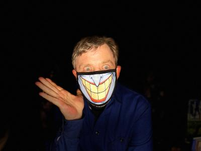 Hope you all have a #HappyLaborDayWeekend while staying safe, social-distancing and, of course, wearing a mask. Get a load o' mine! 👀 I wear it to protect you & I'm all smiles! Send me pics📷of you wearing yours, please🙏 #HeroesWearMasks (🃏mask provided by @NathanHamill) https://t.co/AMchyqOuXr
