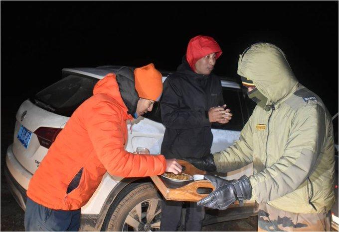 भारतीय सेना ने उत्तरी सिक्किम में रास्ता भटक चुके चीनी नागरिकों को बचाया, चीनी नागरिकों ने सहायता के लिए भारत तथा भारतीय सेना के प्रति कृतज्ञता जाहिर की #IndianArmy @adgpi  @easterncomd @sudhiryadav07 https://t.co/wU9MhkxwEX