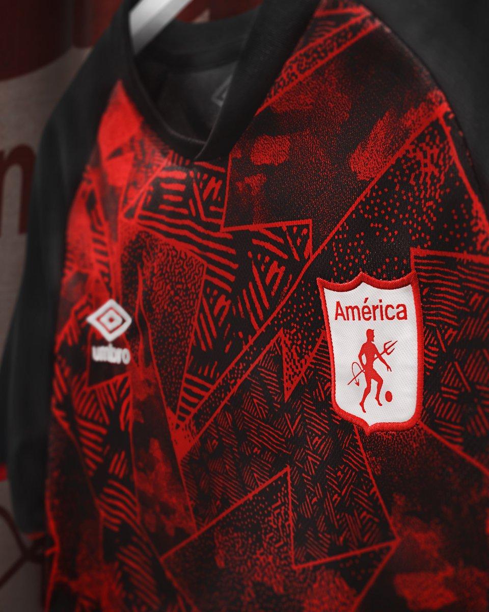 Echémosle un vistazo más de cerca a la nueva tercera camiseta del @AmericadeCali  🔥🔥🔥  De venta exclusiva en nuestra tienda online: https://t.co/KkSIbq606G  . . . #AmericadeCali #PasiondeunPueblo #Umbro #UmbroColombia https://t.co/3dgqAcIAQu