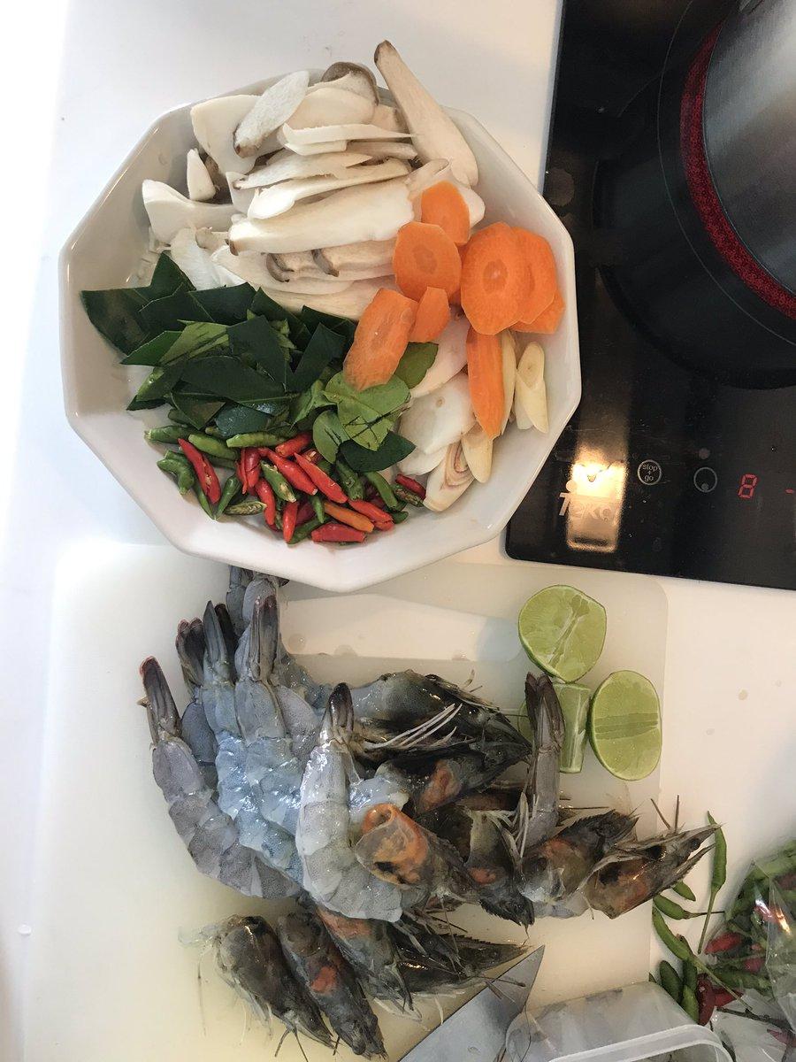 วันนี้ทำ #ต้มยำกุ้ง ครั้งแรก กุ้งเน้นๆตัวโตๆ ตัดไปตรงไหนก็มีแต่กุ้ง ทำกินเองมันดีอย่างงี้นี่เอง ใส่เห็ดกับแครอทที่เหลือในตู้เย็น #มือใหม่หัดเข้าครัว https://t.co/lZ7emi23gP