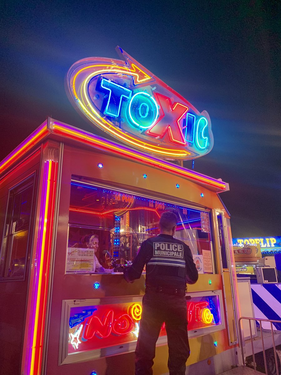 À l'approche de l'heure-H, la police municipale de Lille fait fermer les attractions de la fête foraine. https://t.co/VBQXNqLhln