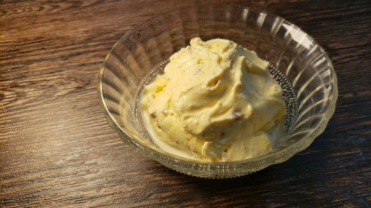 このソルティってクッキー、しっとりとしててバター風味が最高にバニラアイスに合うんですが  これを三枚ほどバニラアイスに混ぜて塩をひとつまみすると高級アイス越えます!  シーソルトクッキー&クリームって感じ  ホロッと崩れるクッキーとほのかな塩気、アイスのミルク感が最高です!