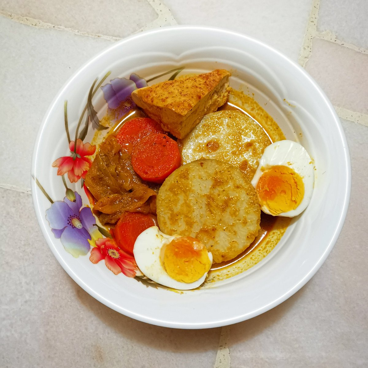 Lontong (comprised rice cake in curry vegetables) #lontong #lontongsayur #tofu #egg #homemade #curry #chef #ketogenicdiet #healthy #fitness #lifestyle #coffee #tea #StayAtHome #eatathome #abendessen #AsianFood #咖喱 #咖哩 #料理写真 #おいしい #카레 https://t.co/tK2JE1op47