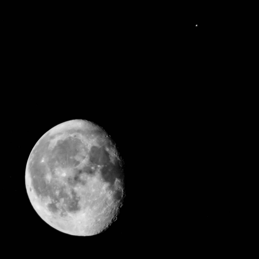 Moon and Mars tonight #moonphases #waninggibbousmoon #Mars #moonandmars https://t.co/GmufirP7ul