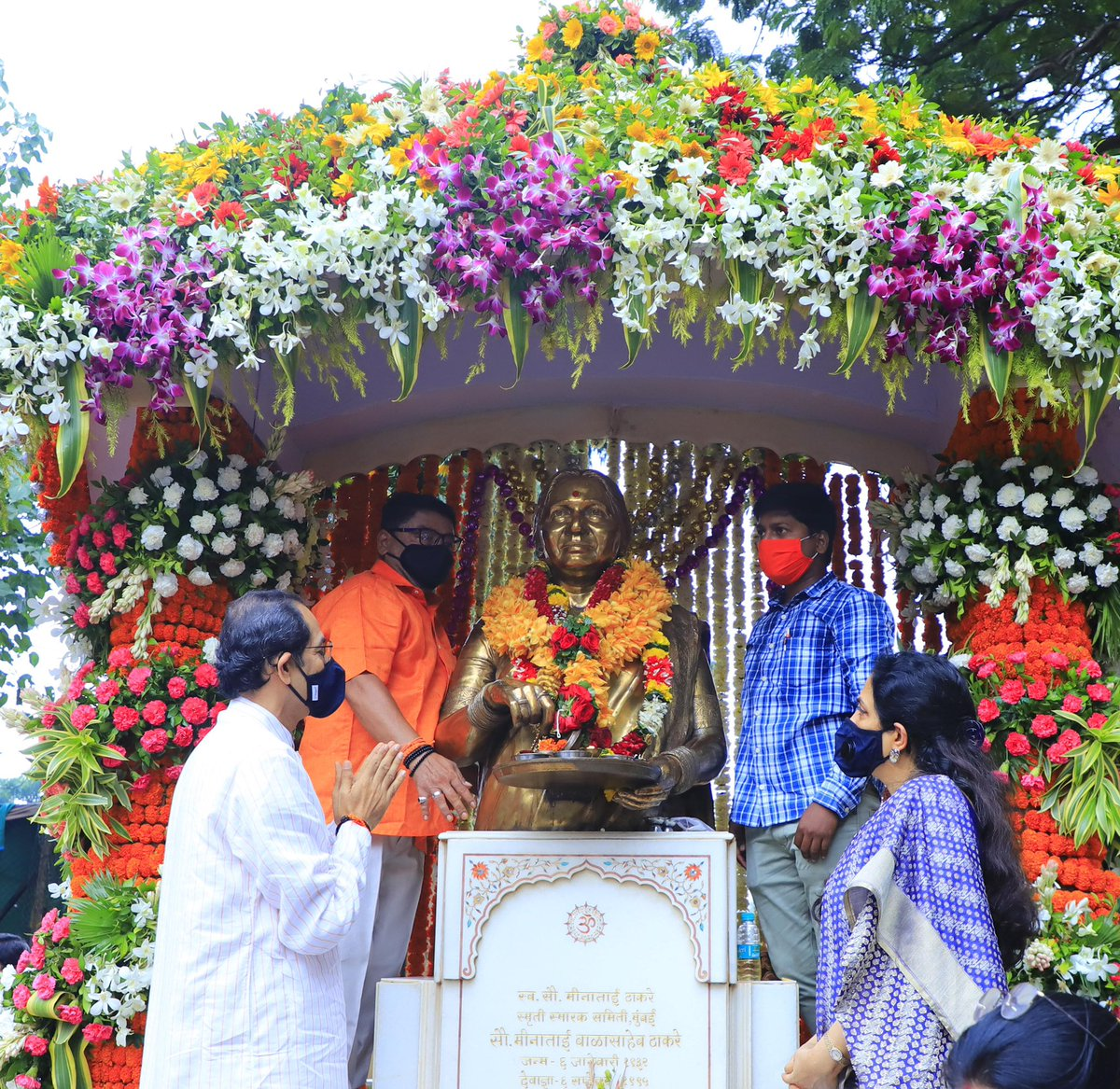 माँसाहेब मीनाताई ठाकरे यांच्या स्मृतिदिनानिमित्त शिवसेना पक्षप्रमुख, मुख्यमंत्री उद्धव बाळासाहेब ठाकरे आणि सौ. रश्मीताई ठाकरे यांनी आज शिवाजी पार्क येथील पवित्र स्मृतीस विनम्र अभिवादन केले. https://t.co/d3N76ByEuz