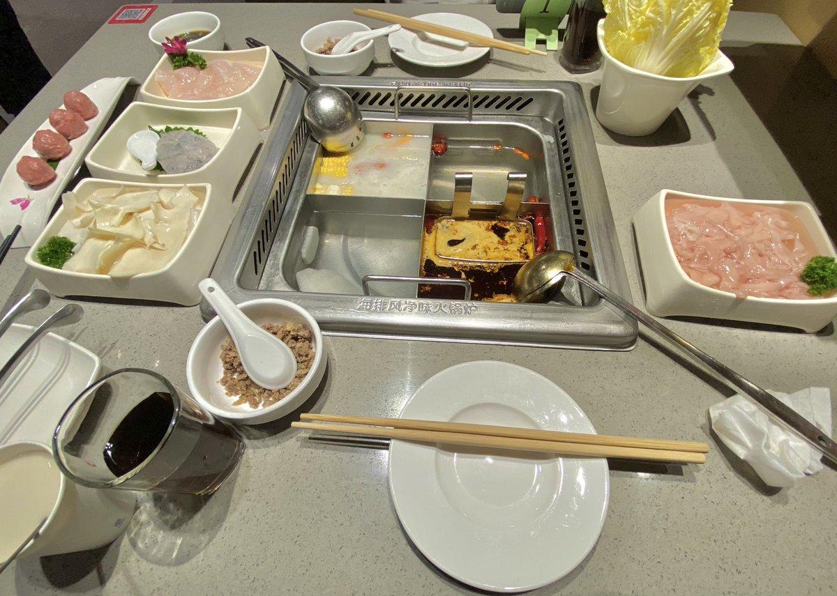 """""""#海底撈 """"という鍋物店、日本にもあるらしいですが誰か行ったことありますか😋 感想とかもぜひ聞かせてください! #海底捞  #海底撈  #HaidilaoHotPot https://t.co/OxPTnw3u67"""