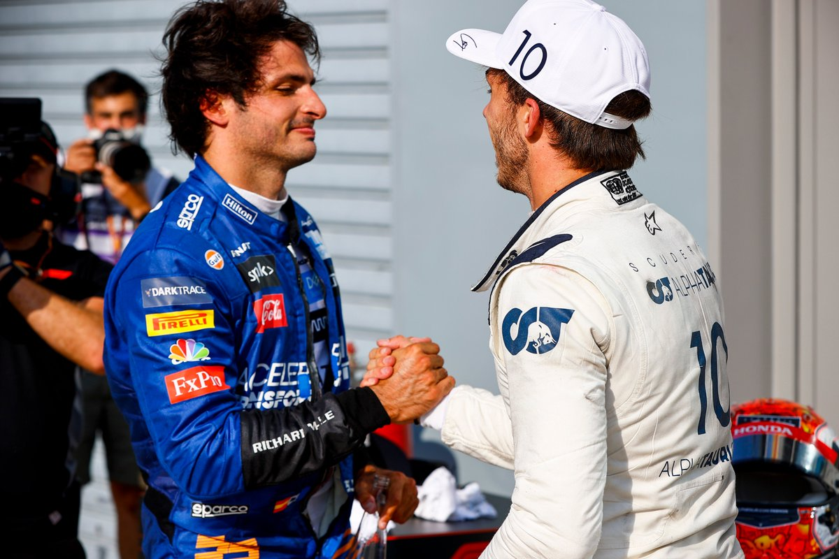 #F1jp パルクフェルメでお互いを称え合うガスリー選手とサインツ選手   サインツ選手も元Toro Rossoのドライバーで、AlphaTauriクルーも2位表彰台を称えていました。  #PoweredByHonda