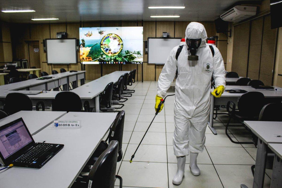#OperaçãoAmazônia - O Posto de Comando do Comando Conjunto Amazônia  passou por uma desinfecção nesta quinta-feira. A ação atende aos protocolos de segurança relativos à #Covid-19, permitindo que os militares trabalhem com mais segurança. Acesse: https://t.co/0uGNaNSIGg https://t.co/21QhTT5IDI