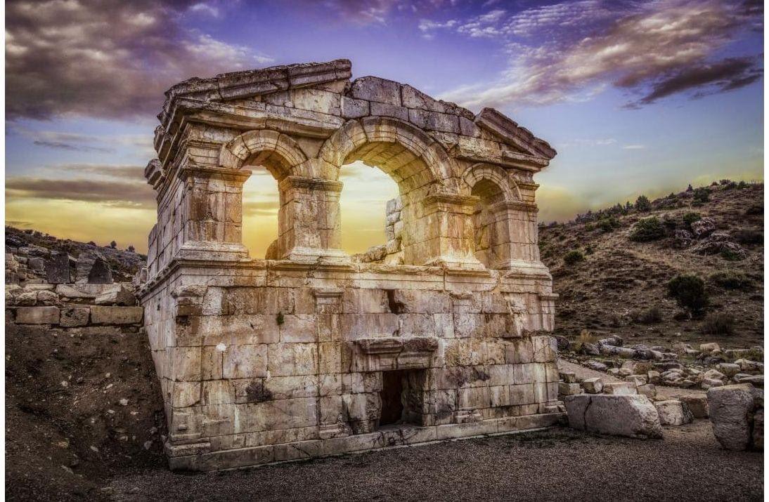"""Adana'nın Tufanbeyli ilçesine 20 km mesafede bulunan """"Şar Antik Kenti"""" birçok tarihi kalıntısıyla ziyaretçilerini ağırlamaya devam ediyor  Tiyatro, Heroon (Kırık Kilise), Korinth Tapınağı (Ala Kapı) önemli tarihî kalıntıları arasındadır.  🔗https://t.co/tlOdkSt09W https://t.co/6EllvhDLBD"""
