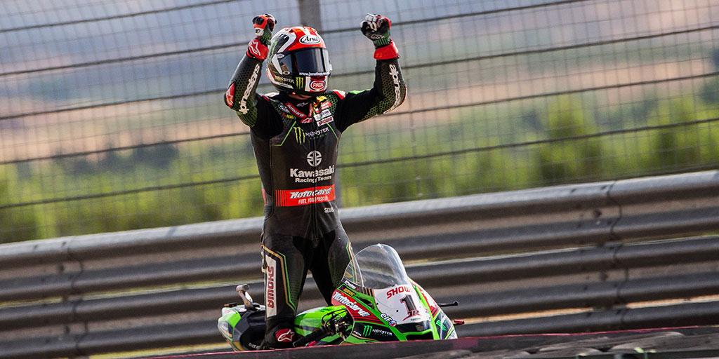 """""""Oggi è andata molto meglio, nella #SuperpoleRace non sono riuscito a tenere il passo del primo ma in Gara2 abbiamo fatto un ottimo lavoro 🏆!"""" La #kawasaki di @jonathanrea sale sempre sul podio del #TeruelWorldSBK (2°-2°-1°) 🎉  #ELF @KRT_WorldSBK #WSBK #racing #motorsport https://t.co/G5gEtHQAu5"""