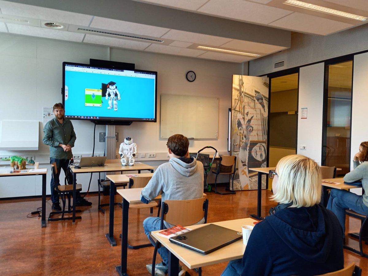 Heel fijn dat het @HU_Hublab weer live een #workshop kon geven in een klas met studenten! Scholieren van #U-talent en studenten van de #lerarenopleidingtechniek gingen aan de slag met #programmeren en maakten kennis met het platform @robotsindeklas(en met #nao) en met #ozobots https://t.co/N4TjXyU6iQ