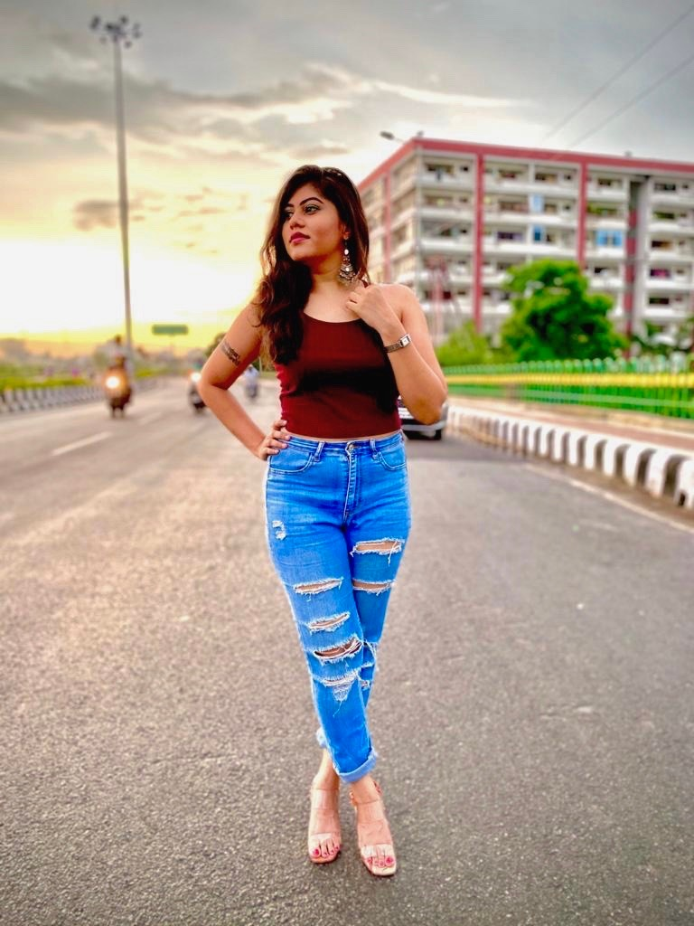 Lucknow singer @KanchanS has come up with her first original single #KambakhtJawani with rapper #RCR and composed by @SundeepGosswami. She has sung for  #Raktanchal, #YouMeAurThem and films #Kalank & #GoodNewwz  @deepsaxena writes... Read: https://t.co/sEUgsPJXqH  @htTweets https://t.co/v6imBWPK3o
