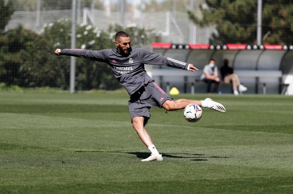 Training ⚽️🔥⚔️ #HalaMadrid #Nueve https://t.co/FEOEbPF17d
