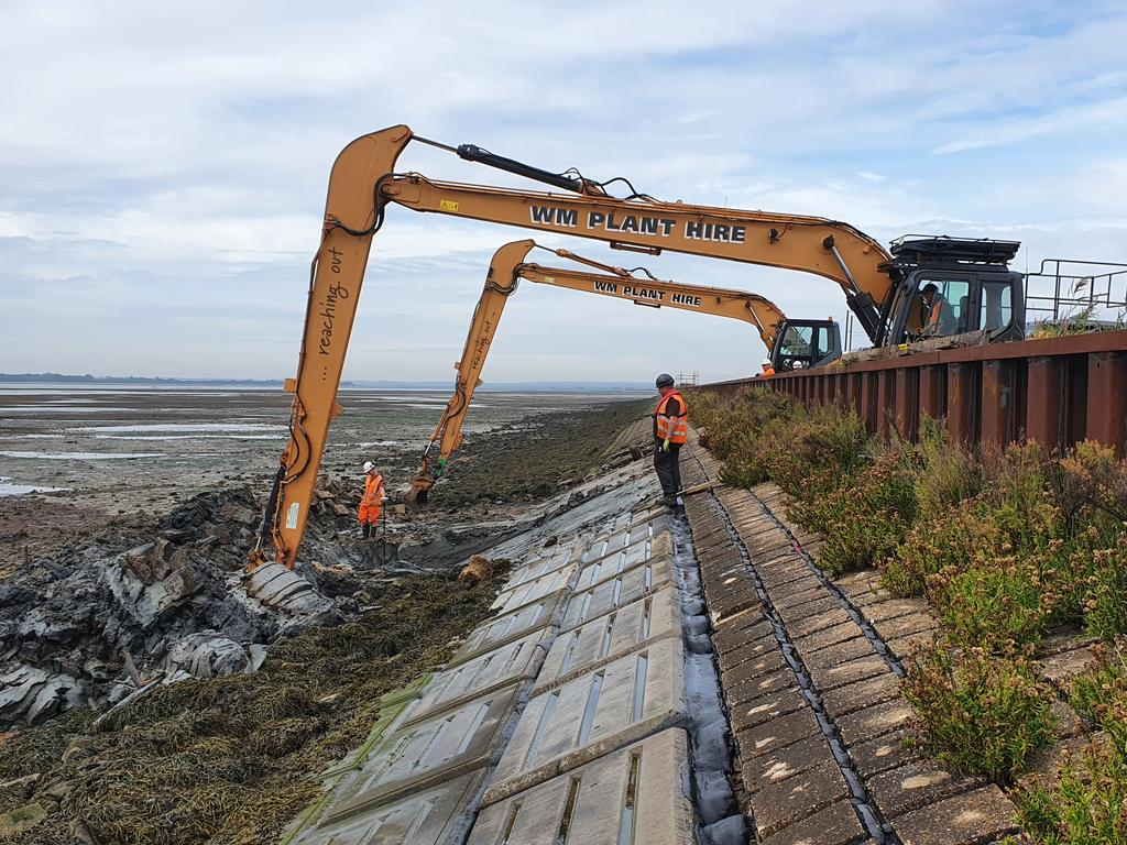 Synchronised digging on a busy Monday on the seawall near Tollesbury, Essex. https://t.co/HLZjc80aJn