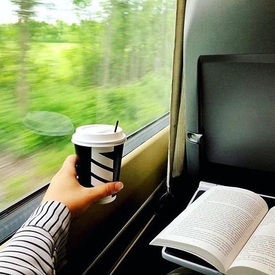 Coffee ✔ Good book ✔ Window seat ✔ The perfect combo.👌🏽 What's your favourite book to read while #travelling?📖  📸IG: dearemilieg ____________________ Café ✔ Bon livre ✔ Siège côté fenêtre ✔ Le combo parfait.👌🏽 Quel est votre livre préféré à lire en #voyage?📖 https://t.co/ZwyBw7hHDY