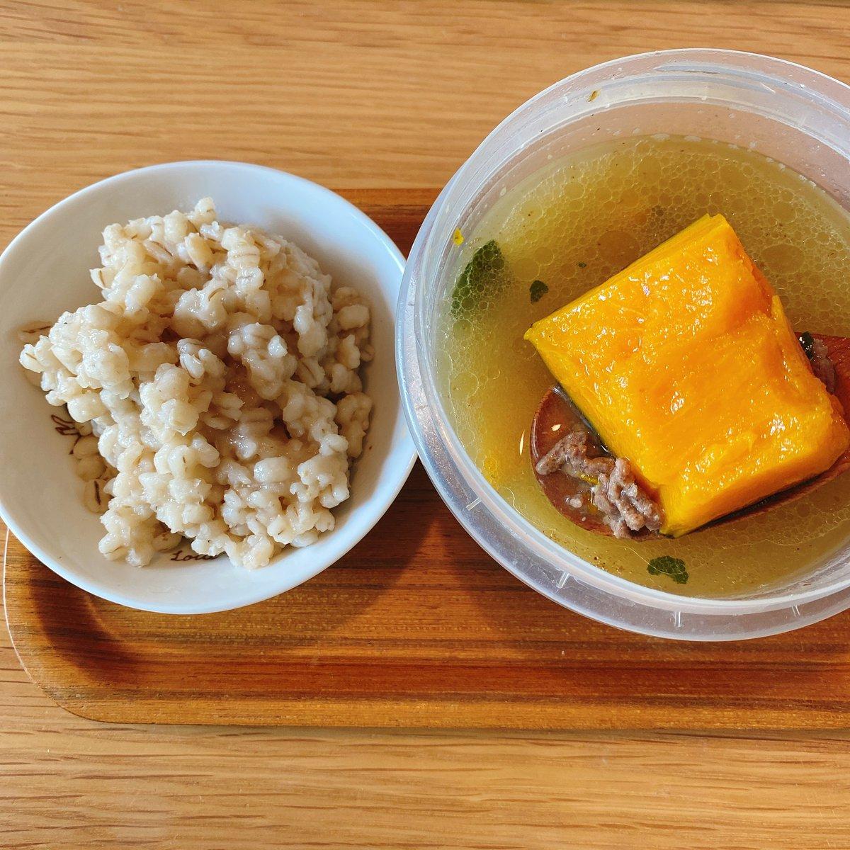 朝みそ汁生活44日目。今日の具は牛挽肉と栗かぼちゃ。茅乃舎の野菜だしで炊いたもち麦と一緒に。7:00~オンライン英会話レッスン後の朝ごはん。昨日からずっと頭痛😢#朝みそ汁生活#みそ汁#味噌汁#大豆#発酵食品#えごま油#茅乃舎#おうちごはん#一汁一菜#朝ごはん#料理好きな人と繋がりたい