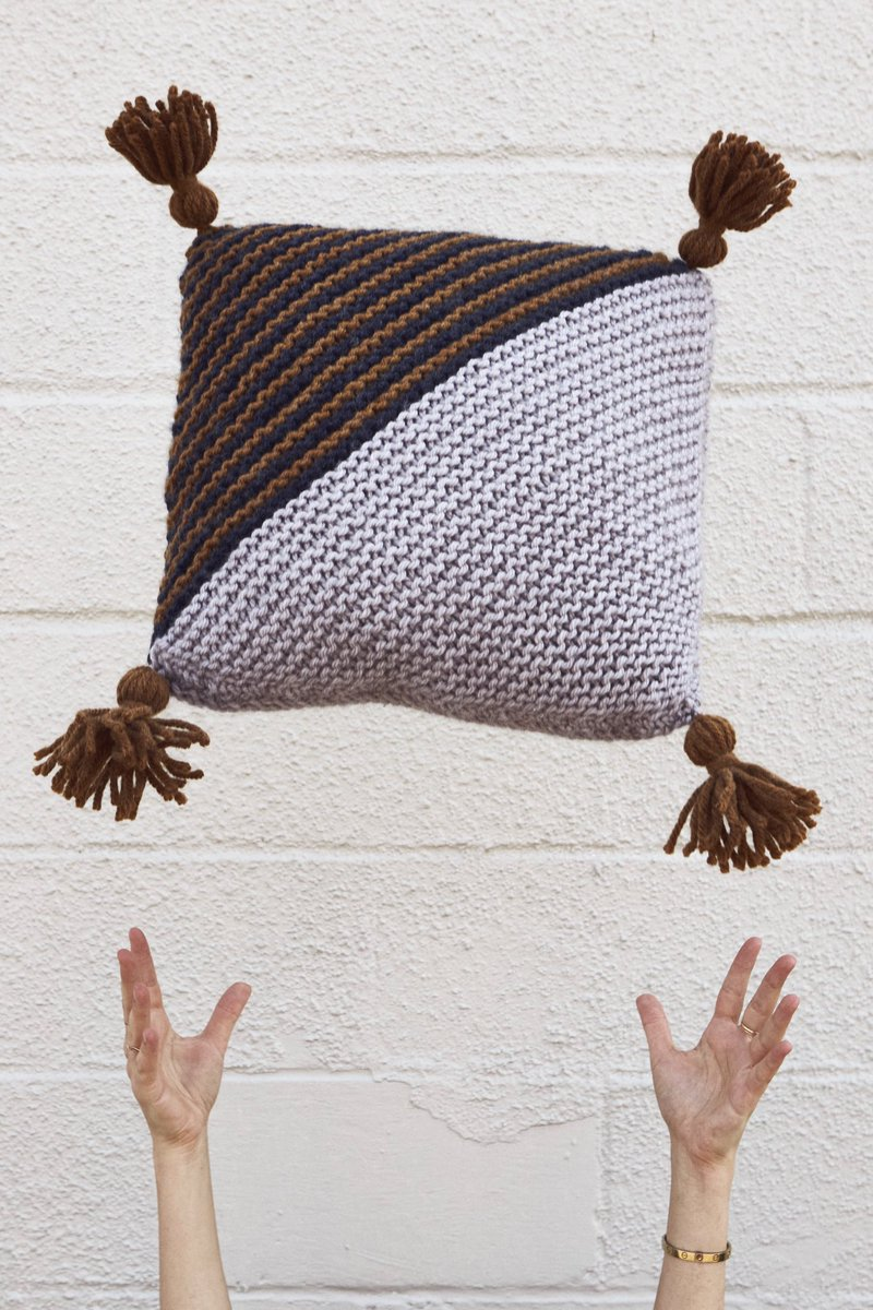Choose any 3 colors from the #HueAndMe palette and whip up this extra squishy accent for the couch or bed 🤩 On the Bias Throw Pillow pattern coming September 10 along with the yarn launch! @LionBrandYarn https://t.co/qDNjIx16NV