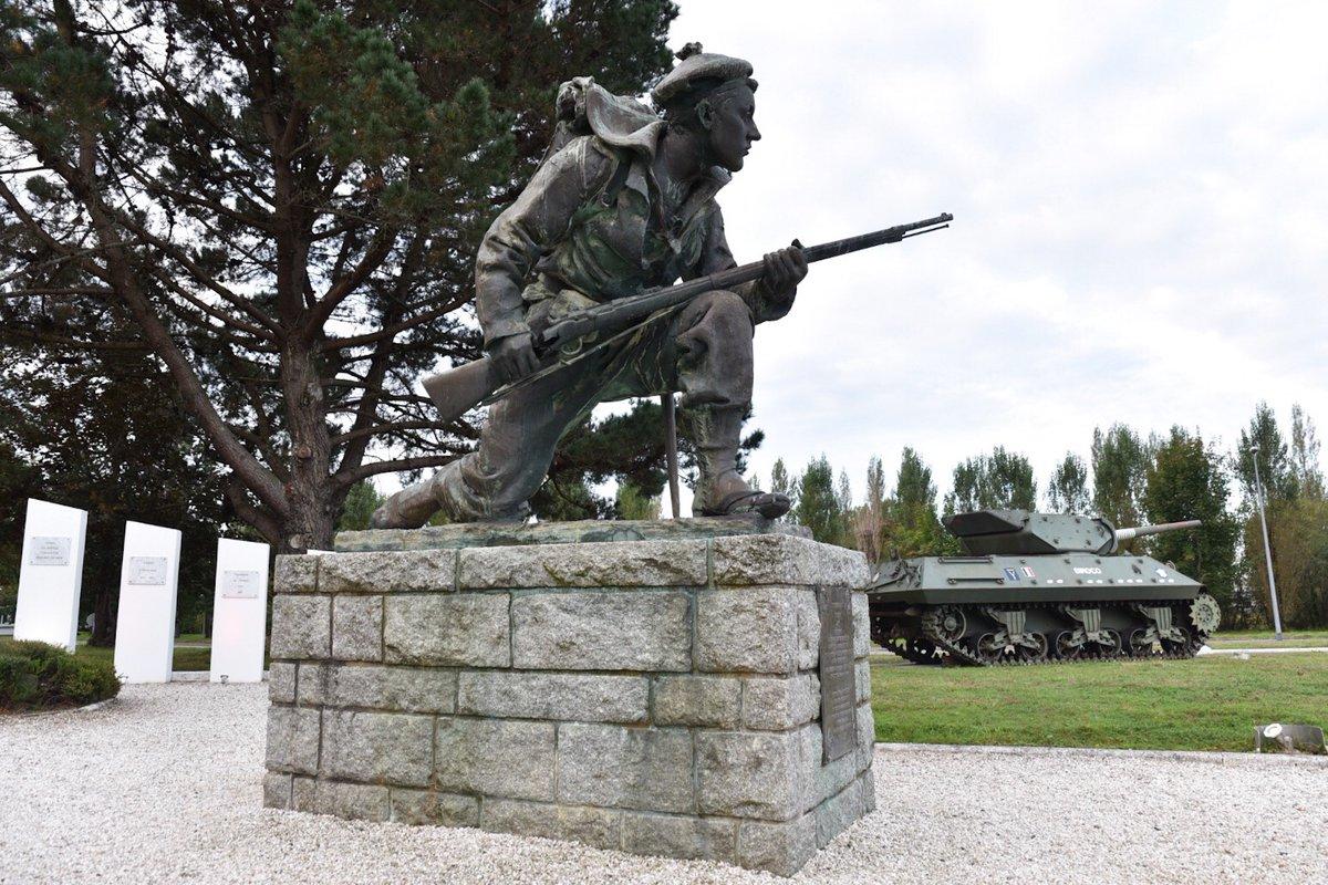 [Armées] A l'école des fusiliers marins de #Lorient, on l'appelle « Jean-Louis ». C'est un des emblèmes des fusiliers marins et des commandos, unité d'élite qui s'illustra notamment dans les commandos Kieffer débarqués en Normandie le 6 juin https://t.co/bqZLfa7Cg7