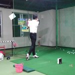 Image for the Tweet beginning: #がんばろう当別  屋内でゴルフが練習できるチップイン⛳ 練習する泉亭さんの後ろ姿が格好いい❗ 自分はレッスンの先生にお坊さんだと思われてました😉