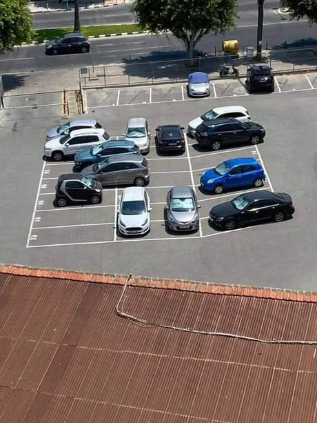 14 kadınla aynı ofiste çalışan adamın çektiği fotoğrafmış.  Hangisini erkek park etmiştir? 😂 https://t.co/U36MwEq3H1